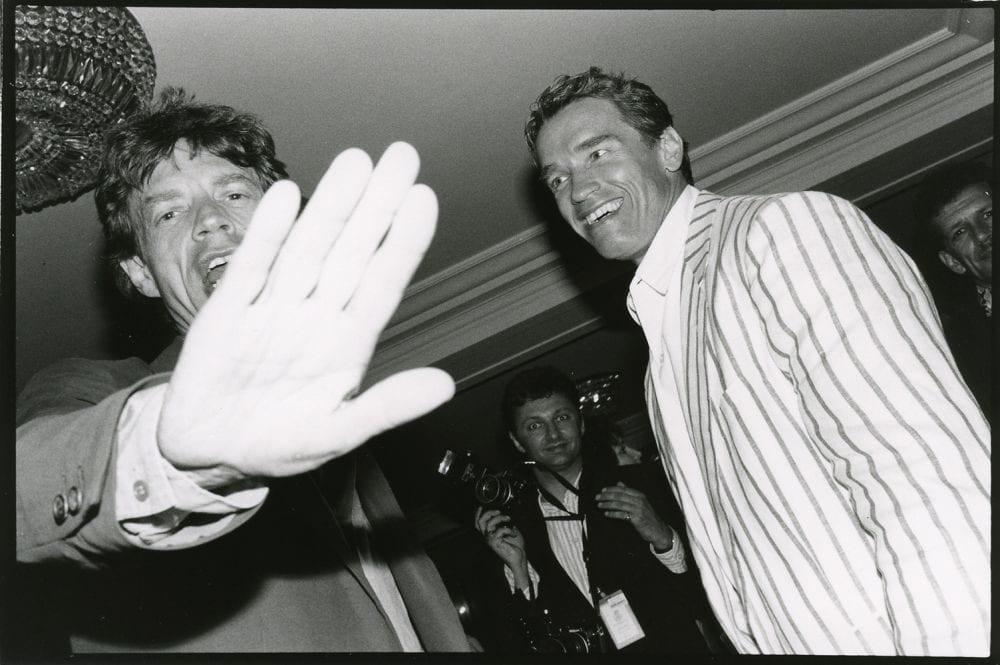 Jean Pigozzi, Mick Jagger et Arnold Schwarzenegger, Hôtel du Cap, Antibes, 1990. © Jean Pigozzi.