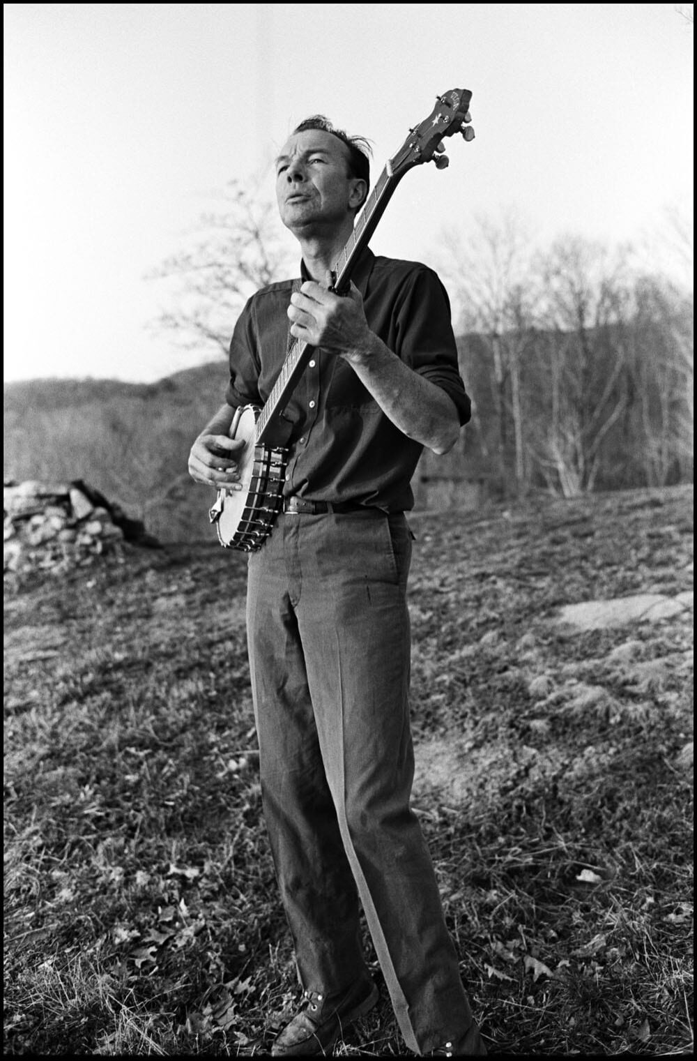 Pete Seeger plays his banjo in Beacon, New York, 1965. © Bruce Davidson/Magnum.