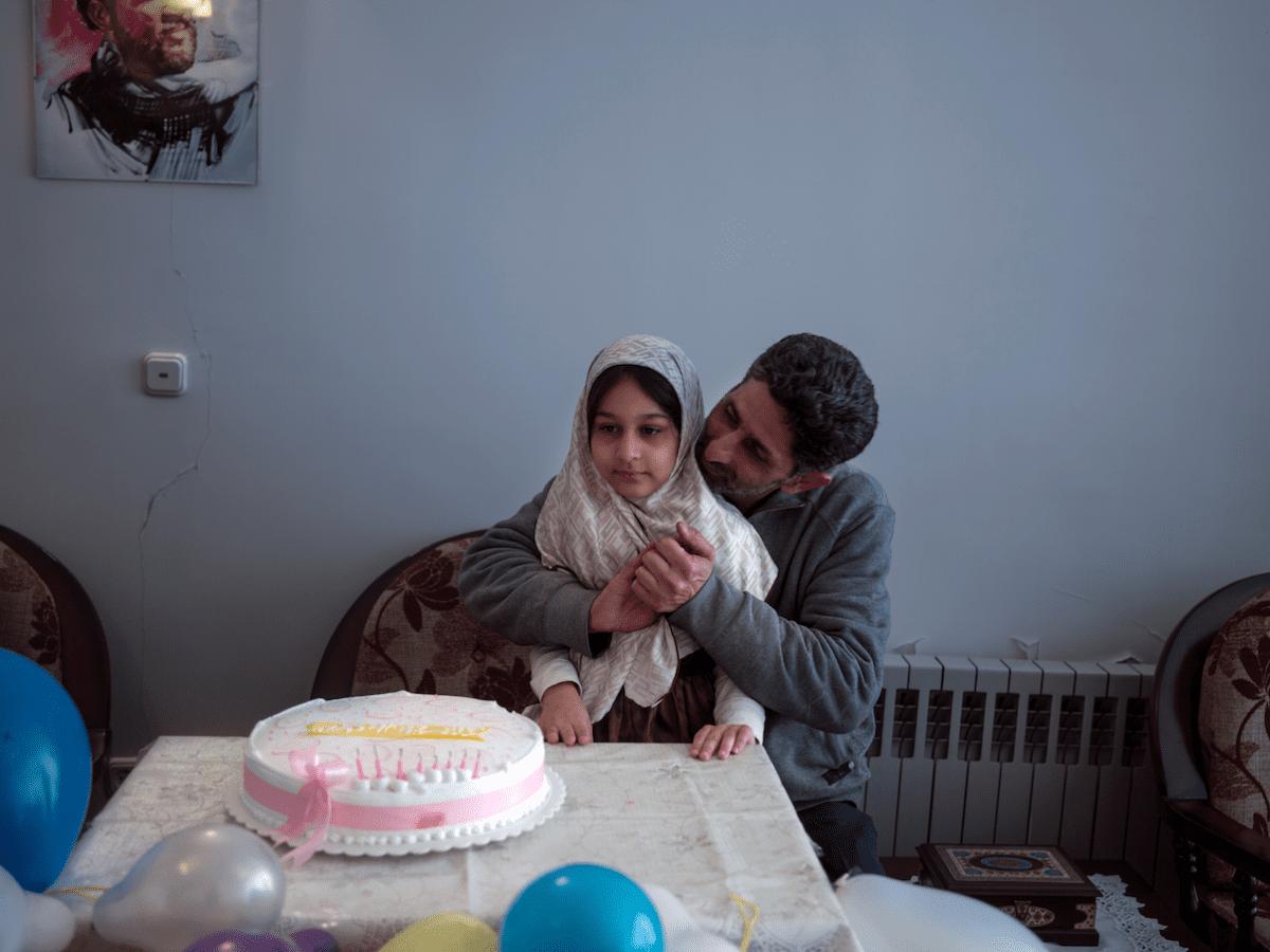 Ali, vétéran, portant sa fille Hadis, lors de son 8e anniversaire. Il s'est battu sur le front de la guerre Iran-Irak pendant sept ans, après s'être engagé à 16 ans. « Physiquement, je suis rentré chez moi », déclare-t-il, « mais mentalement, je suis resté là-bas. » © Newsha Tavakolian pour la Fondation Carmignac