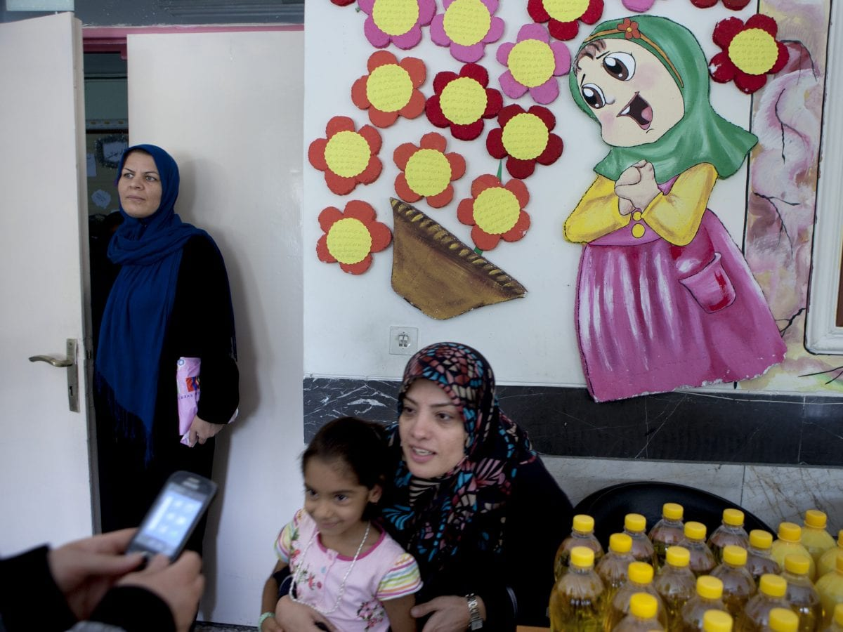 Najieh, bénévole participant à une campagne d'éducation nutritionnelle dans une école d'un quartier pauvre de Téhéran. Très pieuses, sa famille et elle-même s'impliquent fortement dans l'aide aux plus démunis © Newsha Tavakolian pour la Fondation Carmignac