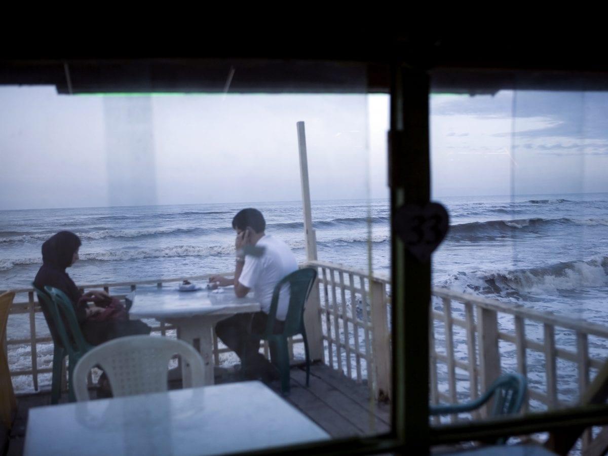 Jeune couple sur la côte caspienne. L'Iran présentant un des taux de divorce les plus élevés au monde, les tribunaux sont engorgés © Newsha Tavakolian pour la Fondation Carmignac