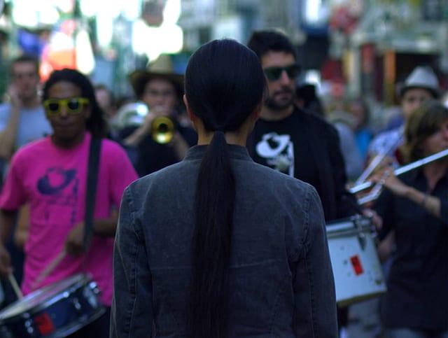 A needle woman in Paris, vidéo © Kimsooja
