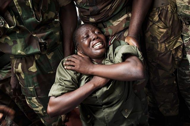 L'émotion d'une combattante des forces armées centrafricaines lors des funérailles de Tanguy Residou © Camille Lepage