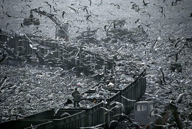 Des déchets à ciel ouvert à Marseille © Hans Silvester