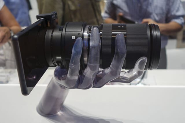 Le Qx1 de Sony en main © Sony
