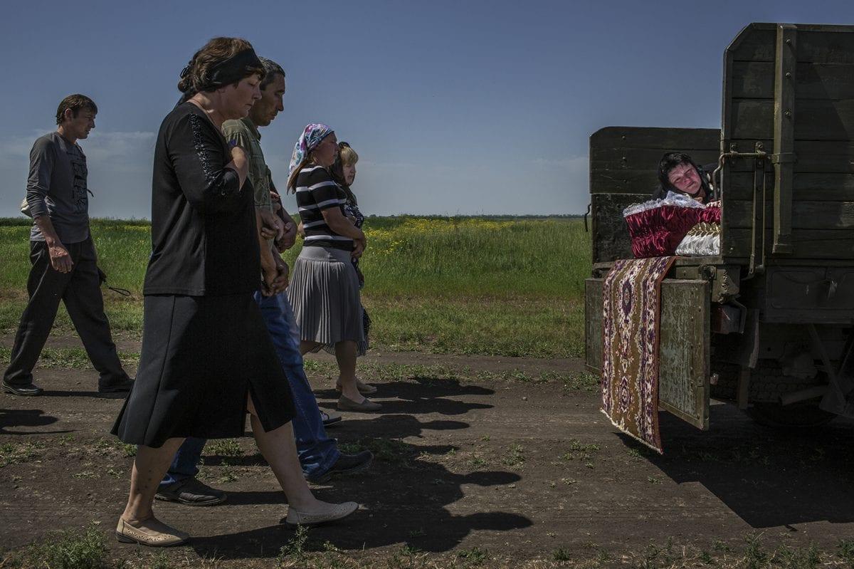Starovarvarovka, Ukraine - 16 mai 2014:  Nadezhda Starovarvarovka, Ukraine - May 16, 2014: Nadezhda Sanzharevskaya, 49, pleure sa soeur Yelena Ott, décédée à 42 ans, sur le point d'être enterrée. / © Mauricio Lima for The New York Times