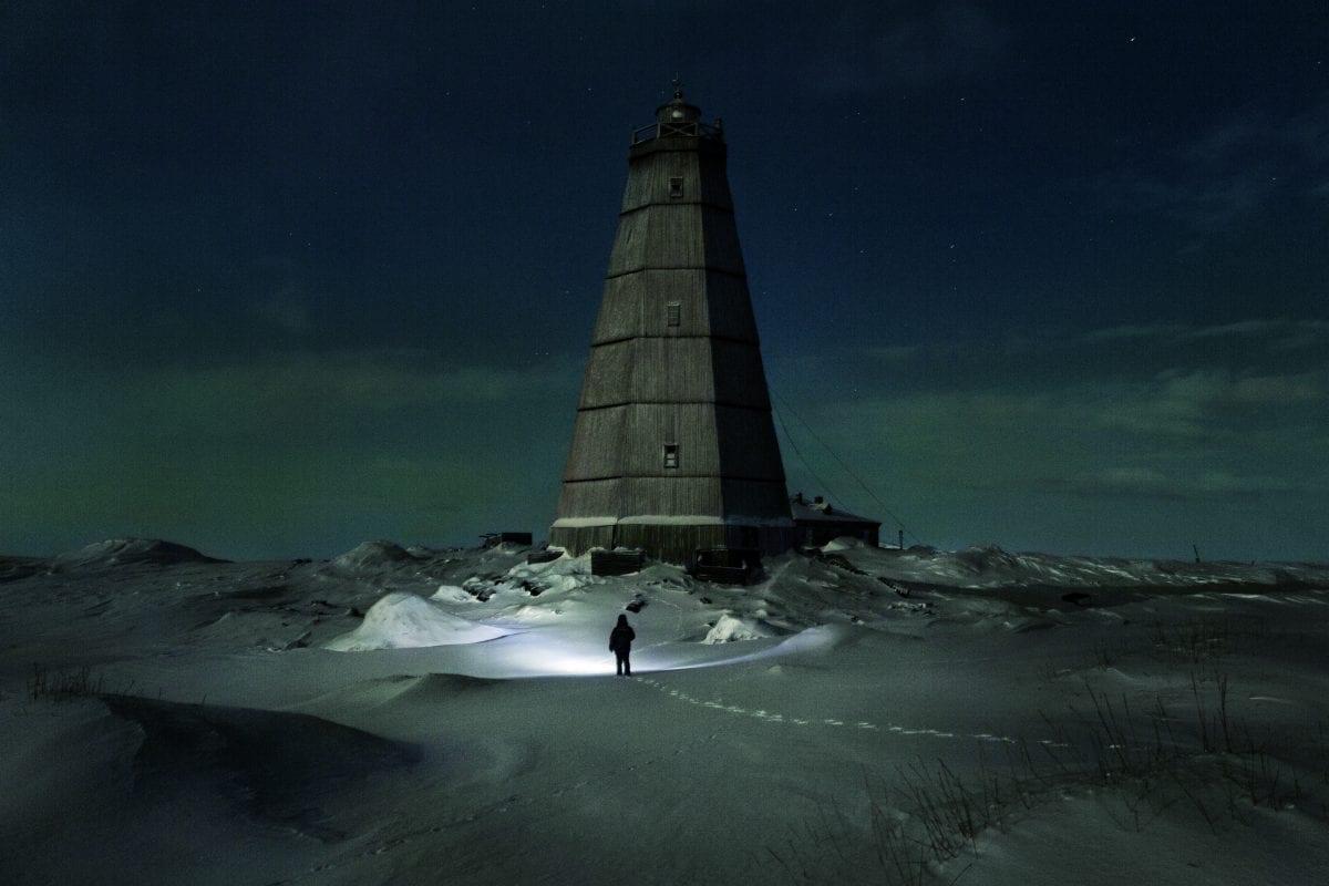Slava se dirige vers le vieux phare près de la station météorologique de Hodovarikha pour récupérer du bois pour le feu / © Evgenia Arbugaeva