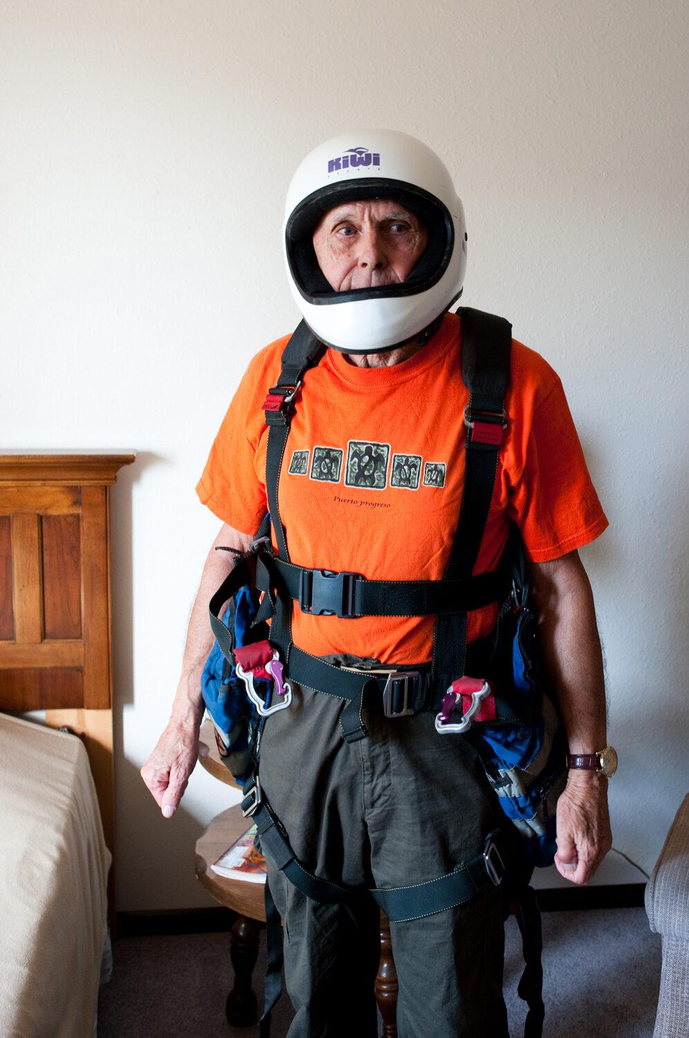 """"""" Le truc que je regrette le plus, c'est de ne pas être devenu astronaute et de n'avoir jamais été dans l'espace """" - Dennis, 76 ans.  Photo extraite de la série « If you are lucky you get old  » © Freya Najade"""