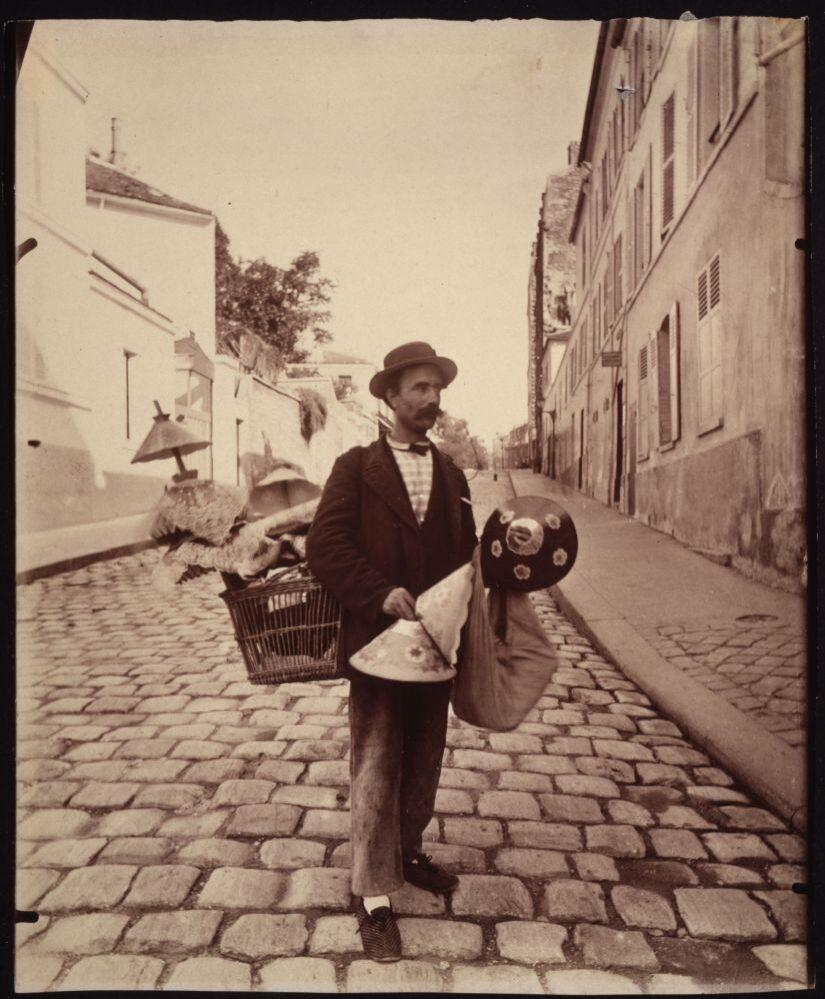 Marchand d'abat-jour, rue Lepic, 1899-1900, © Eugène Atget / George Eastman House