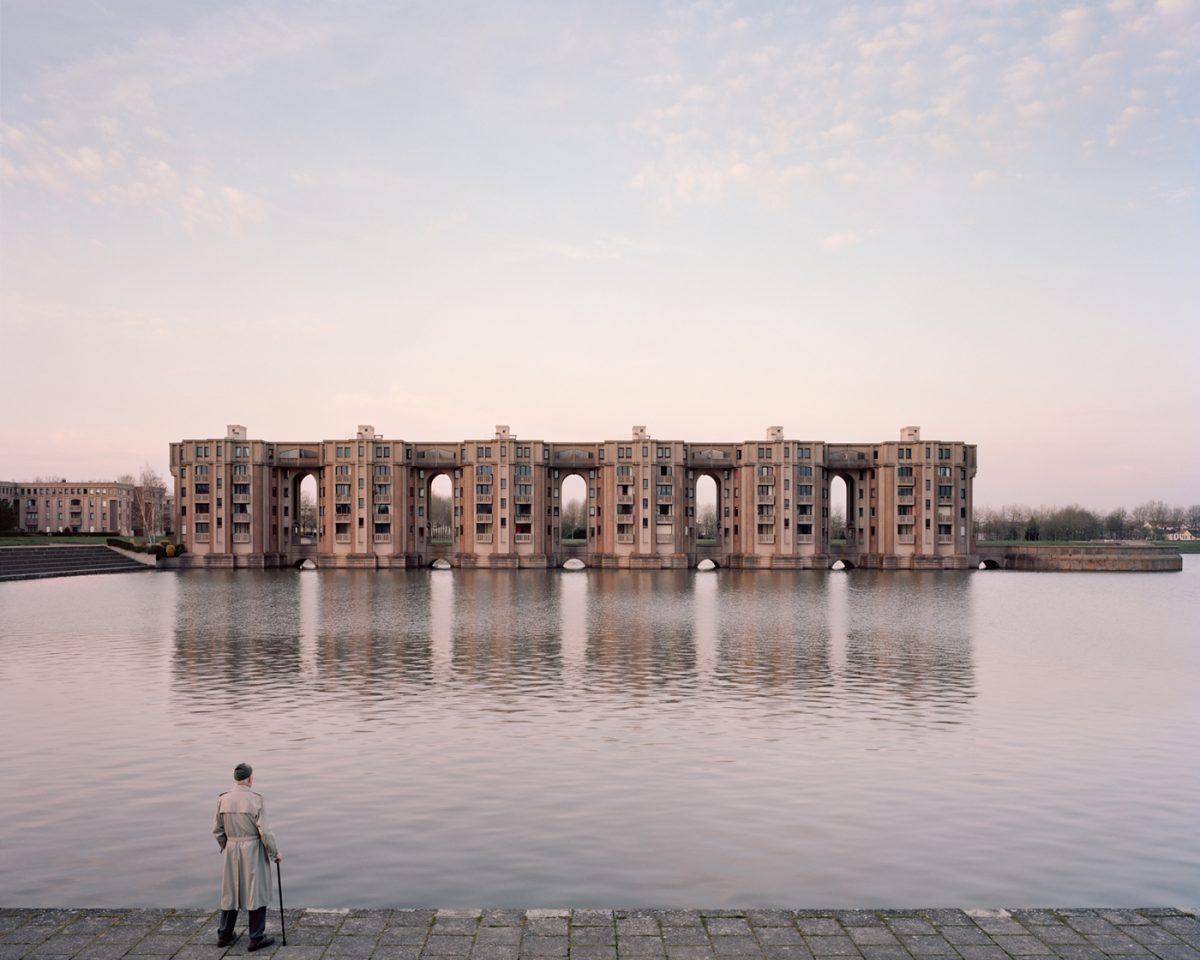 """Jacques, 82, Le Viaduc et les Arcades du Lac, Montigny-le-Bretonneux, 2015 / Photo extraite de la série """"Souvenir d'un futur"""" / © Laurent Kronental"""