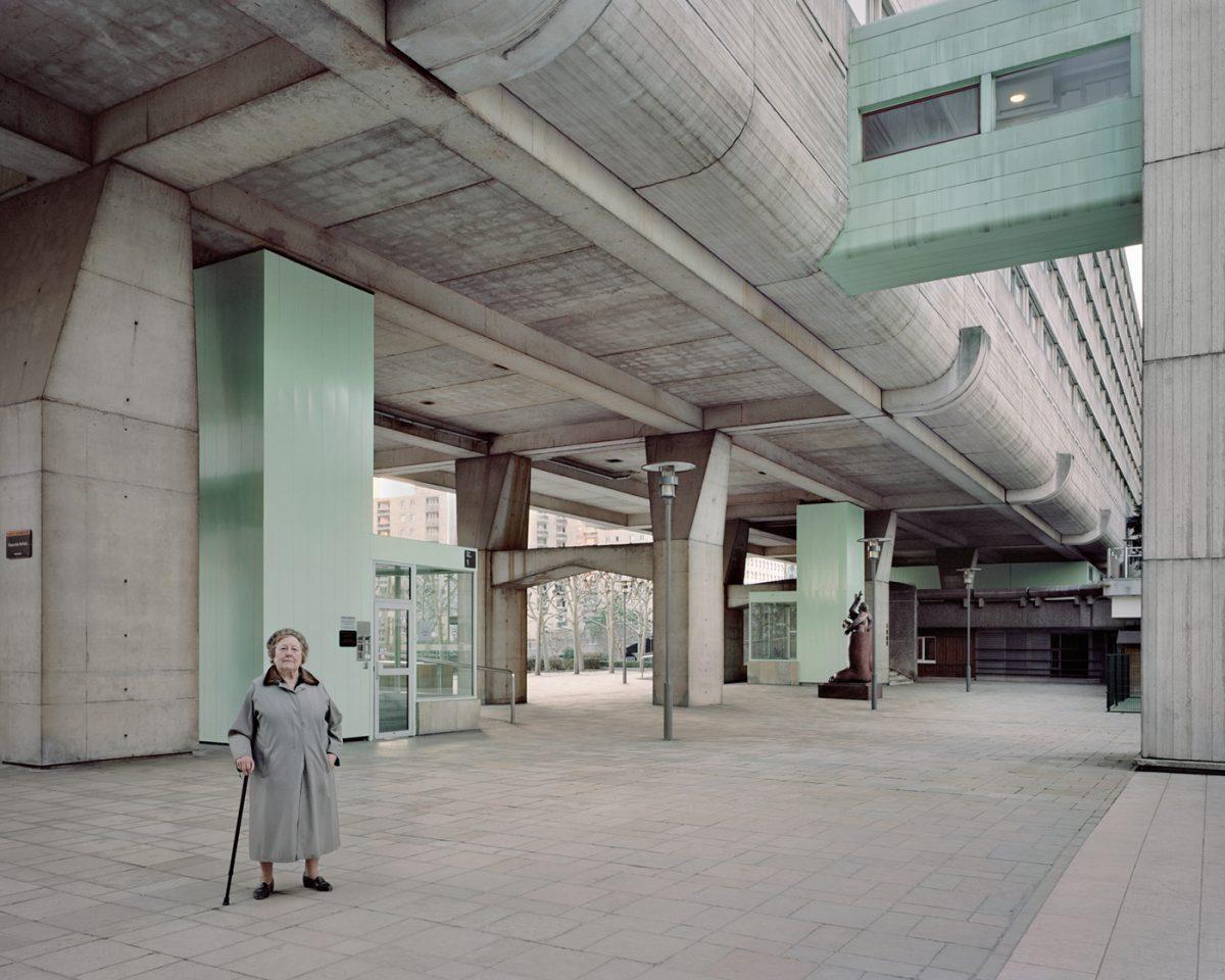 """Josette, 90 ans, Vision 80, Esplanade de La Défense, 2013 / Photo extraite de la série """"Souvenir d'un futur"""" / © Laurent Kronental"""