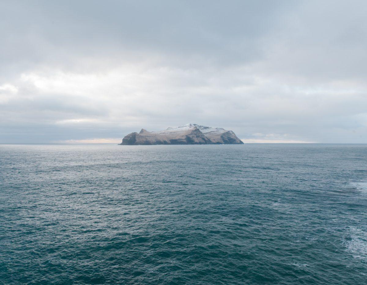 """L'île de Mykines. 10 habitants / Image extraite de la série """"Føroyar"""" / © Kevin Faignaert"""