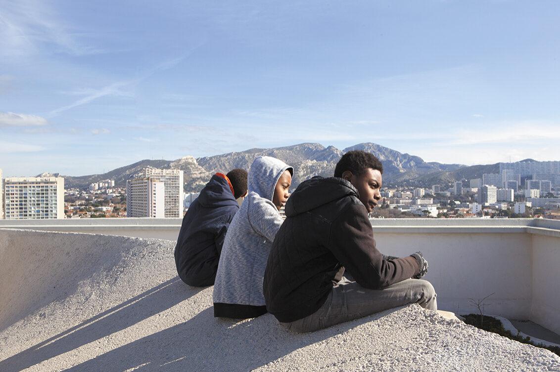 Oussam, Ryad et Alpha, sur le toit du Corbusier / © Marie Abeille