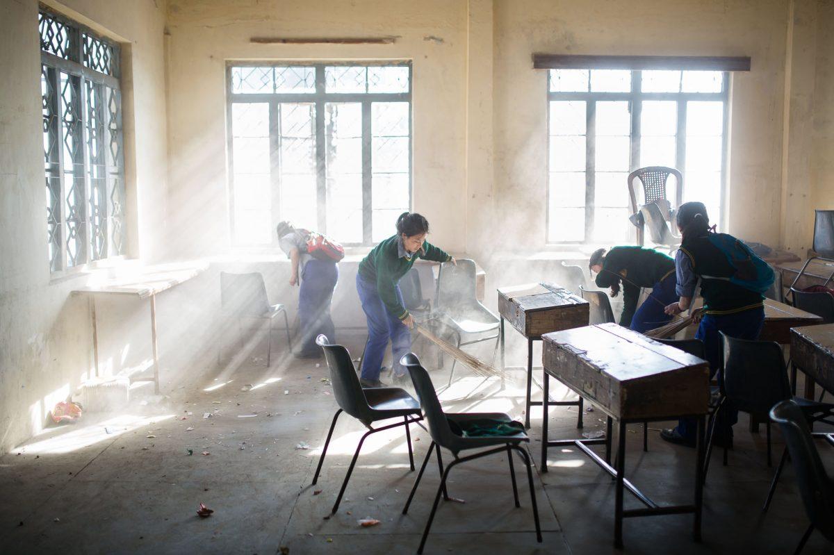 A la fin des cours, vers 16h, les élèves nettoient entièrement la salle de classe. Le reste de la journée est consacré à la prière, aux tâches ménagères, à un peu de détente et surtout aux devoirs / © Anthony Micallef, Haytham Pictures