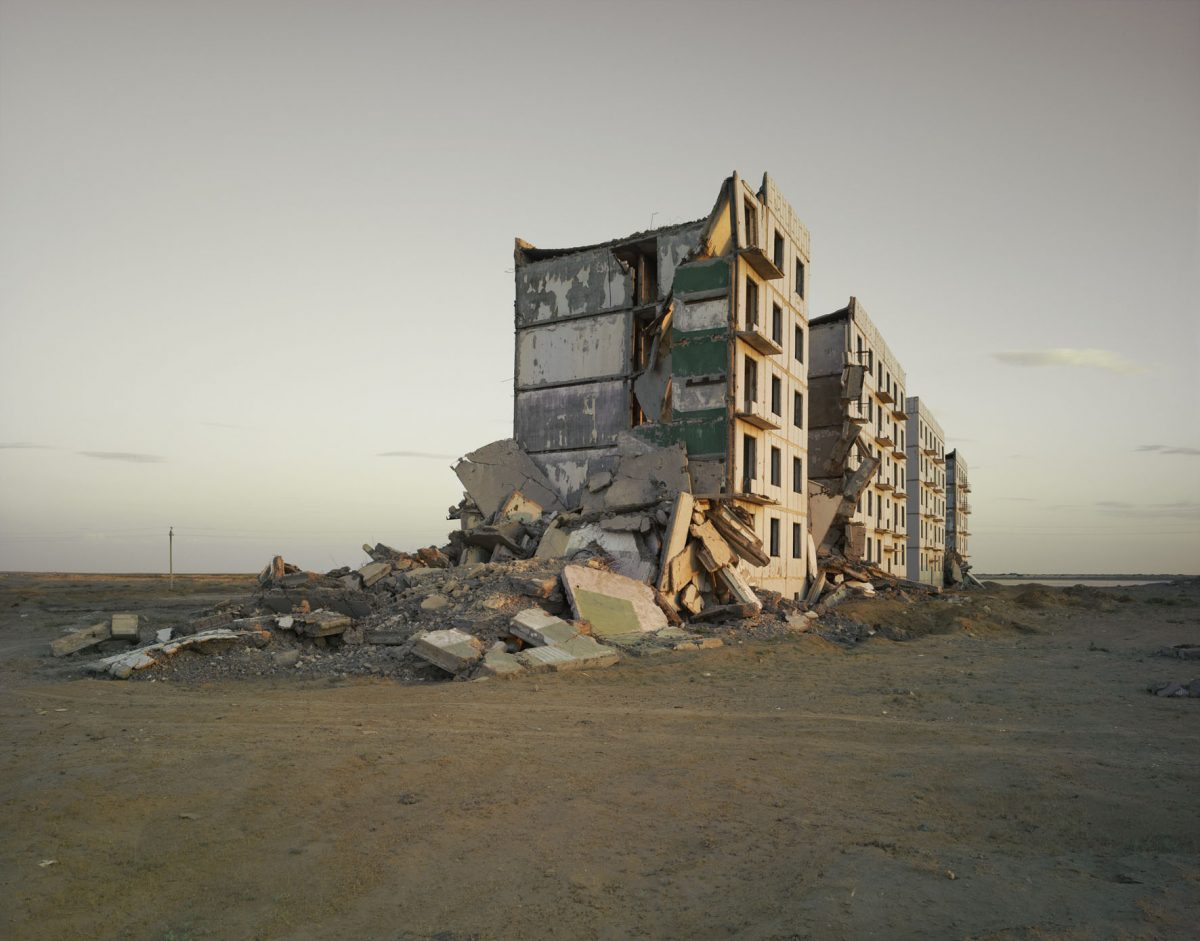 Nadav-Kander-The-Aral-Sea-I-Officers-Housing-Kazakhstan-2011-copie