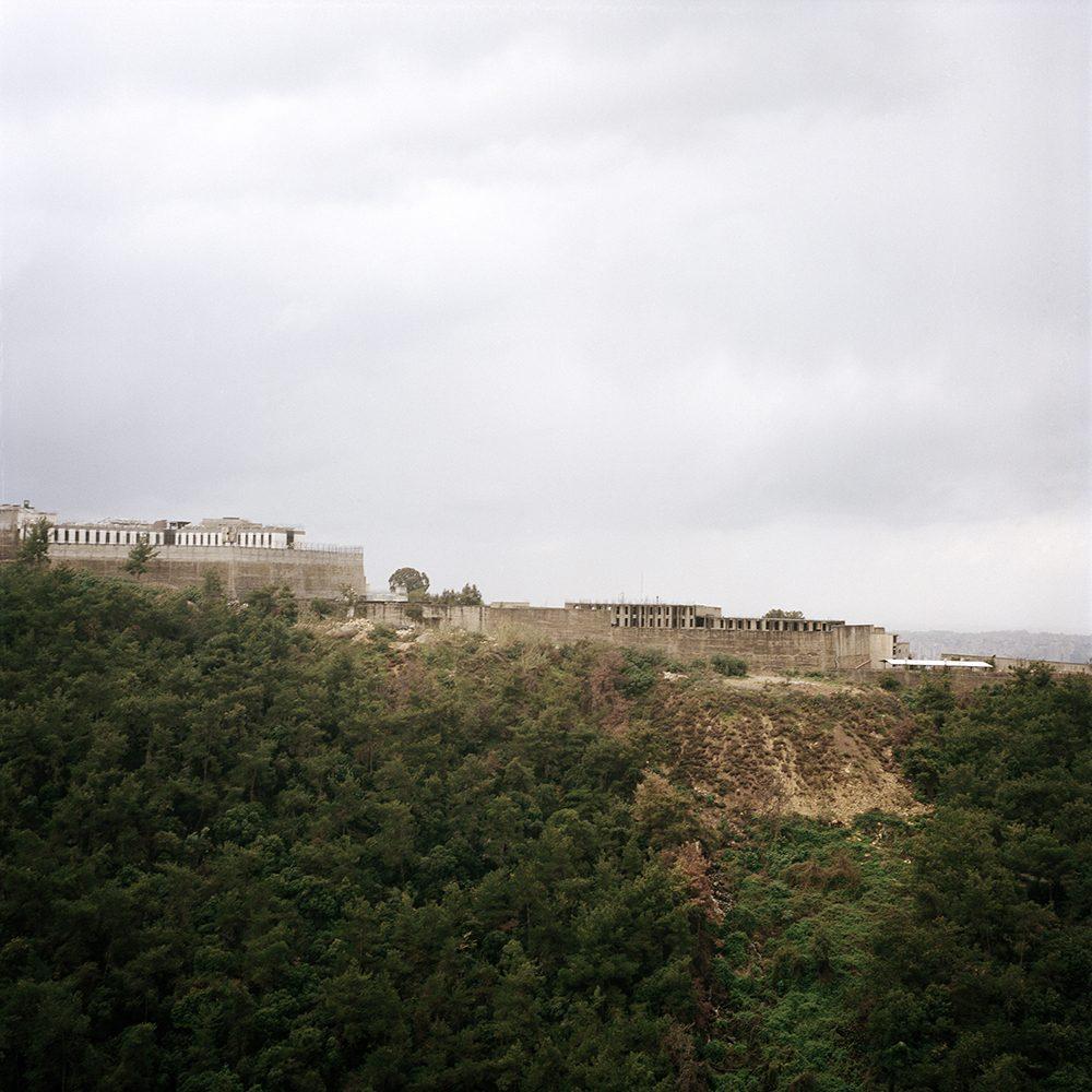 """La prison de Roumieh est la plus grande du Liban. Elle détient 5500 prisonniers. Surpeuplée, elle abrite des mineurs comme des adultes, en détention provisoire ou déjà condamnés. / Image tirée de la série """"Stranded"""" / © Elsie Haddad"""