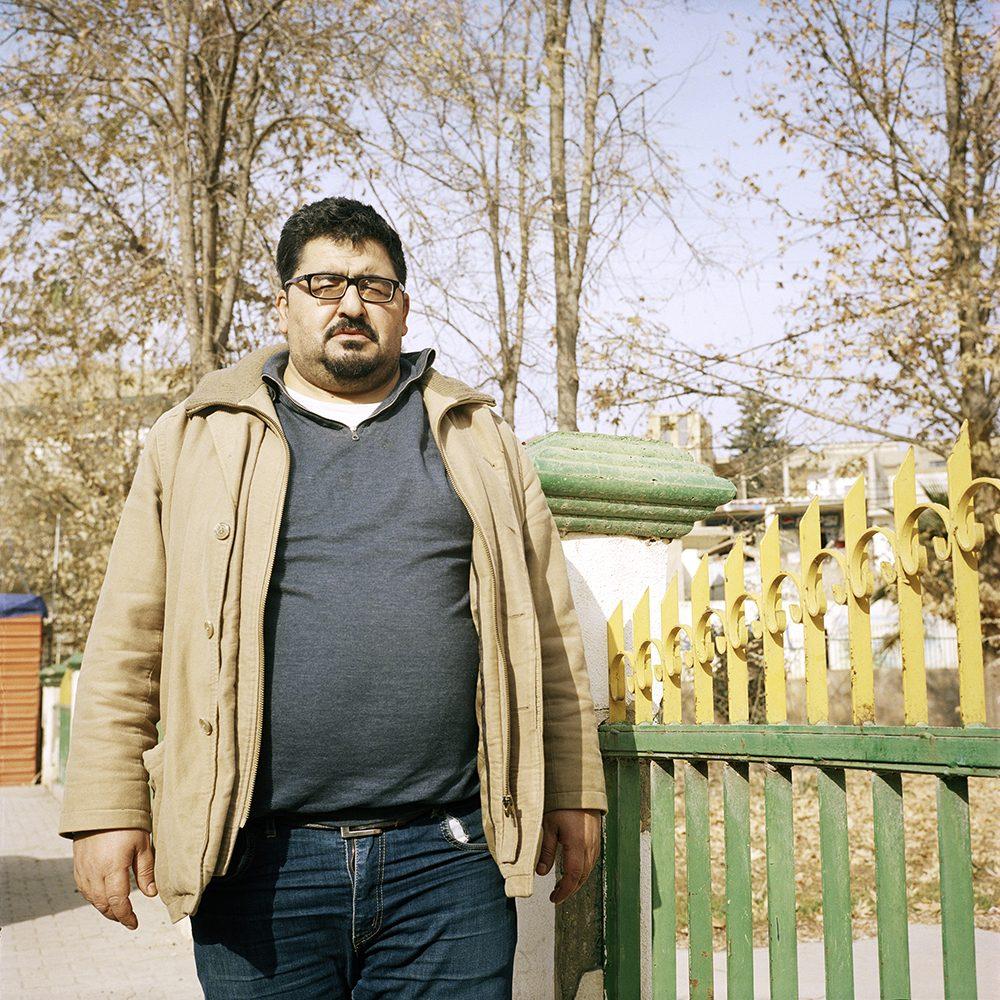 """Abu Abdo, Mohamad Al Mazloum, 39 ans, marié et père de 5 enfants. Il a été condamné en 2004 à 7 ans de prison pour trafic de drogue. Libéré en 2010, il vit aujourd'hui à Britel dans la vallée Bekaa./ Image tirée de la série """"Stranded"""" / © Elsie Haddad"""
