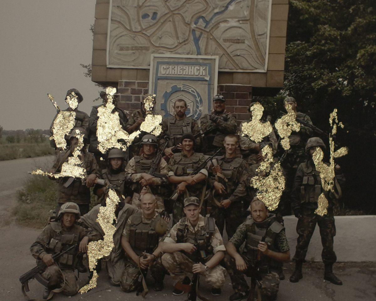 """Dans cette escouade, neuf soldats ont été tués et huit ont été blessés. Les hommes recouverts d'or sont morts au combat. / Image tirée de la série """"Sparks"""" / © Wiktoria Wojciechowska"""