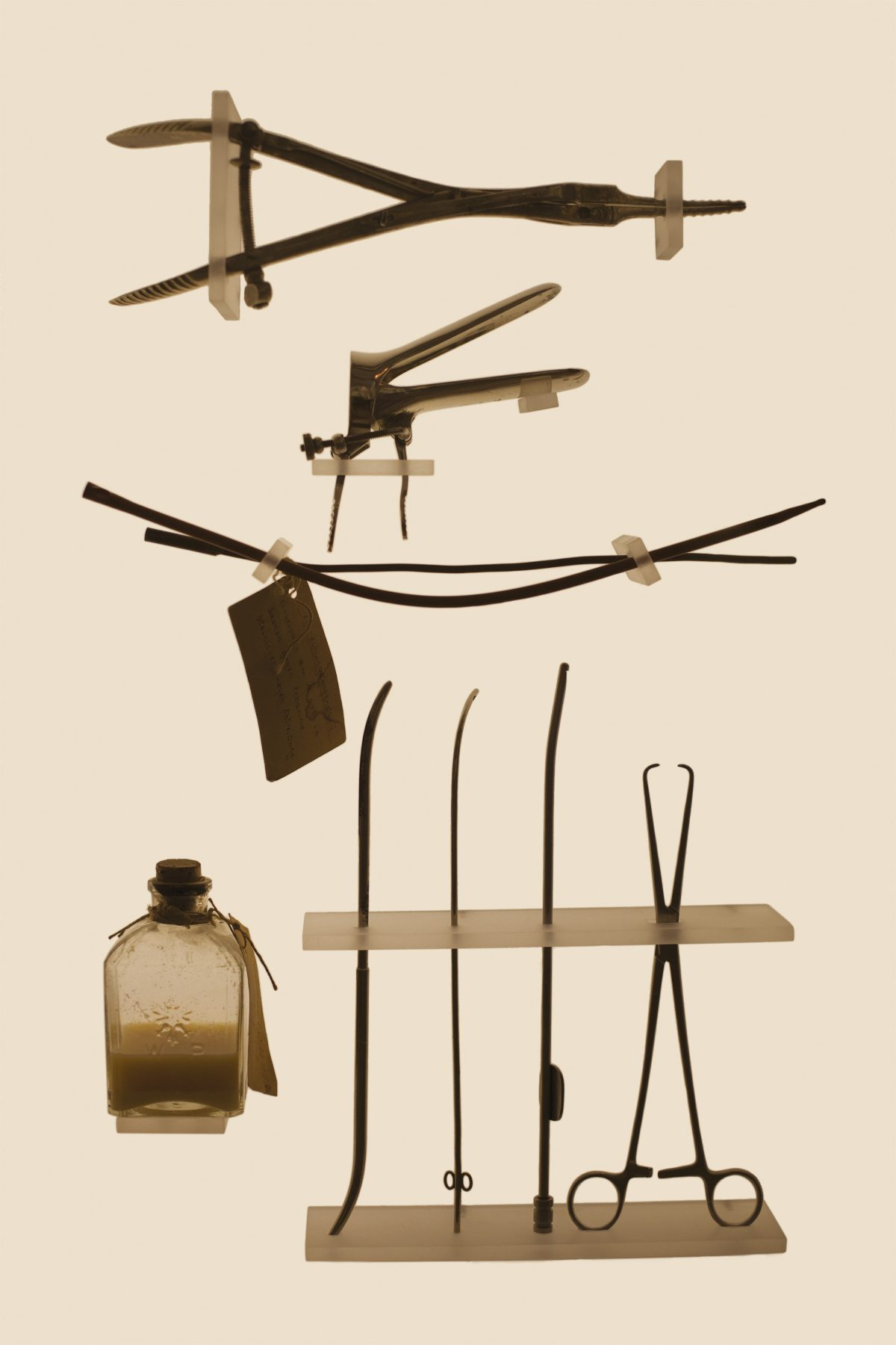Des outils d'avortement à usage domestique. © Laia Abril / Museum of Conraception and Abortion, Vienne, Autriche, 2015