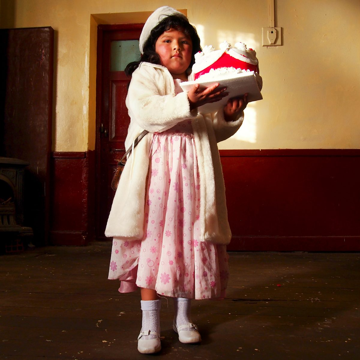 "Lydia, endimanchée pour le bal de son école, strictement interdit aux parents… / Uyuni, Bolivie / Extrait de ""Around the world in 80 styles"", © Marcela Makarova & Philippe-Henry Honegger"