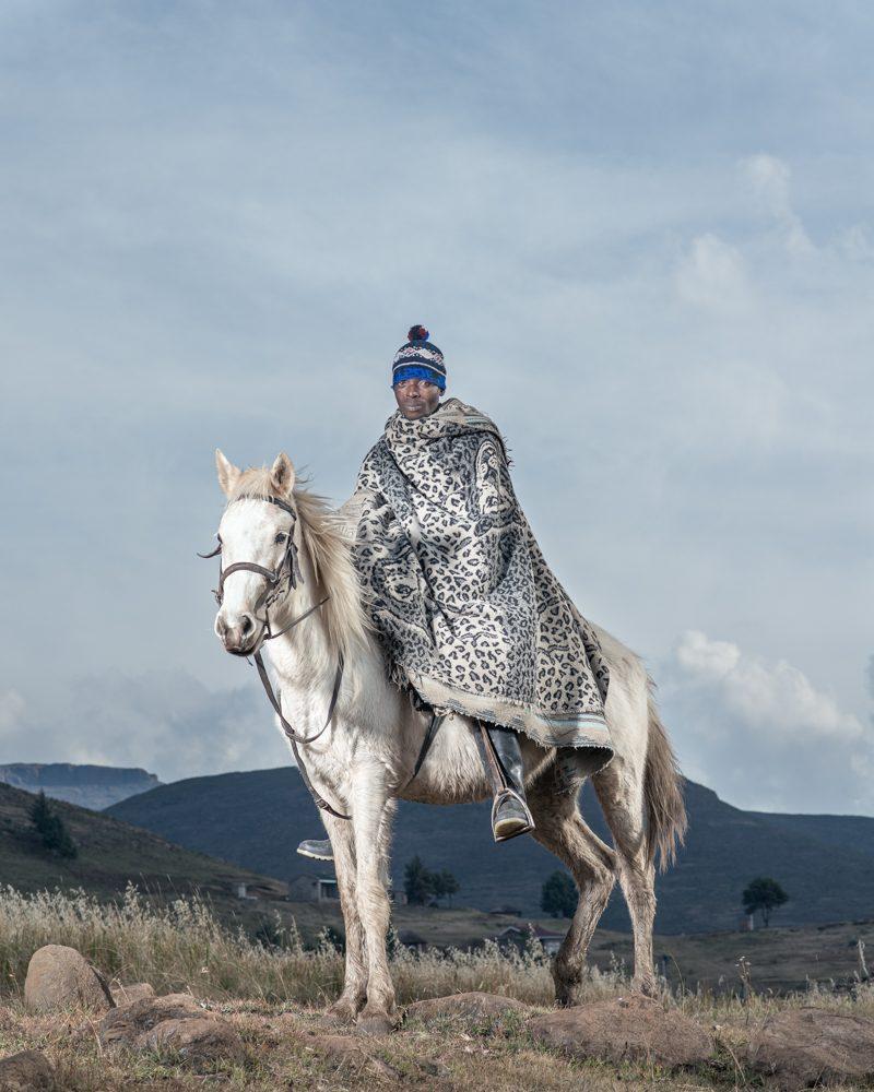 """Thabo Lekhotsa à Ha Lesala, Lesotho / Image tirée de la série """"The Horsemen of Semonkong"""" / © Thom Pierce"""