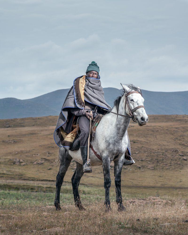 "Mpho Khanyapa à Ketane, Lesotho / Image tirée de la série ""The Horsemen of Semonkong"" / © Thom Pierce"