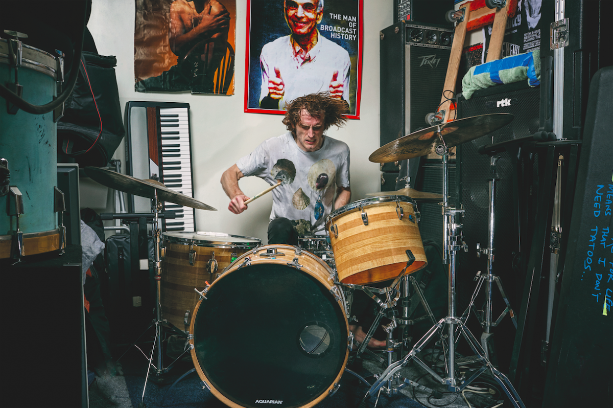 Zach Hill, batteur des groupes Death Grips et Hella, photographié en Californie / © Deirdre O'Callaghan