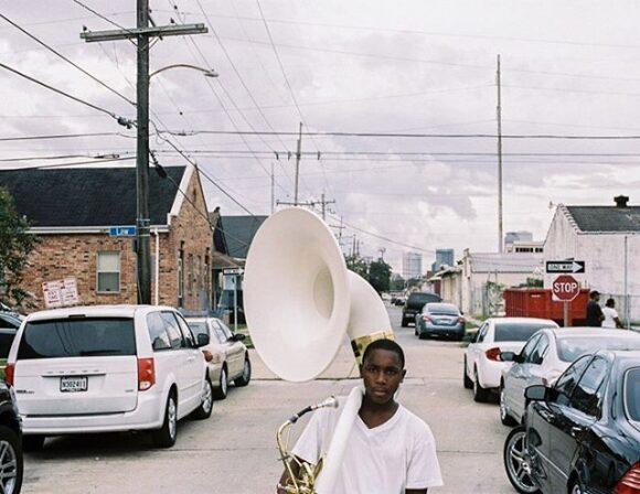 FisheyeC'est dans ce quartier réputé mal famé que se trouve le « village des musiciens », un projet mis en place par deux natifs de « Crescent City », le saxophoniste Branford Marsalis et le pianiste Harry Connick Jr., avec l'appui de la fondation Habitat for Humanity soutenue par Jimmy Carter. L'objectif : reloger les musiciens dans quelque 200 maisons et leur permettre de continuer… Magazine | Faubourg Treme : Portrait musical de la Nouvelle-Orléans