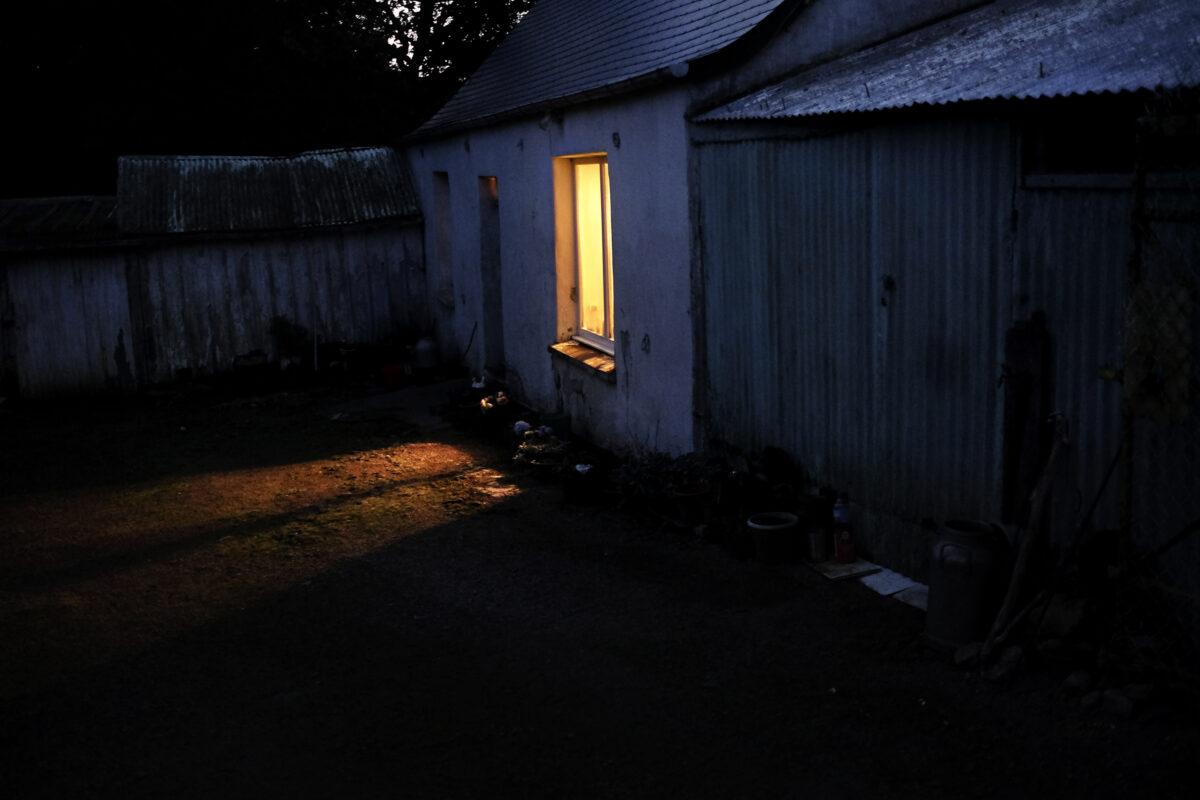 La maison de Marie-Claude, à l'aube. / Extrait de « Marie-Claude, la dame aux poupées », © Mélanie Wenger
