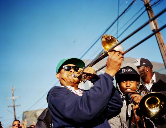La « Seconde line » est une vieille tradition de la Nouvelle Orléans. Le dimanche, des membres de différents clubs de danse défilent dans la rue selon un trajet et un calendrier bien précis. La « ligne principale » est la section de tête de la parade. Elle est représentée par les membres du club. Une fanfare les accompagne. Ceux qui suivent le groupe pour profiter de la musique sont appelés la « Seconde line ».