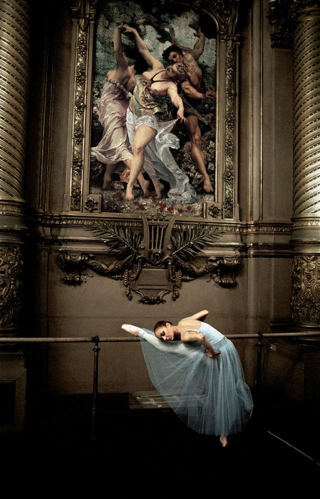 Alexandra Cardinale dans le foyer de la danse avant la représentation de Sérénade de George Balanchine 11/03 Ballet de l'Opéra national de Paris © Gérard Uféras