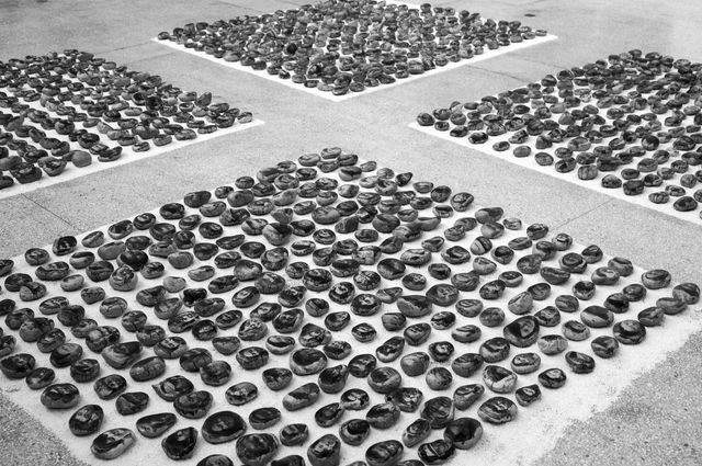 Offrande du mandala, 1995-2009 Ensemble de 1000 portraits de Tibétains Tirage au bromure d'argent émulsionné sur cailloux, village de Shangyuan, Pékin © © BoSTUDIO. Photo by Liu Yuan