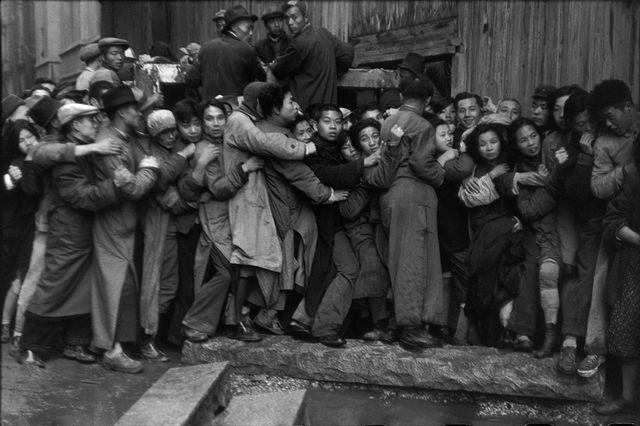 mages à la Sauvette (Verve, 1952), Les derniers jours du Kuomintang, Shanghai, Chine, décembre 1948 - janvier 1949 © Henri Cartier-Bresson / Magnum Photos