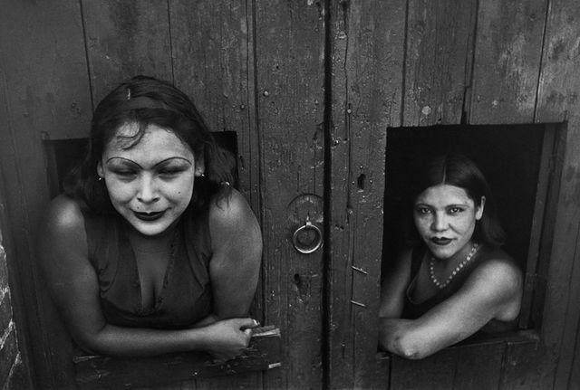 Images à la Sauvette (Verve, 1952), Prostituées, Calle Cuauhtemoctzin, Mexico, Mexique, 1934 © Henri Cartier-Bresson / Magnum Photos