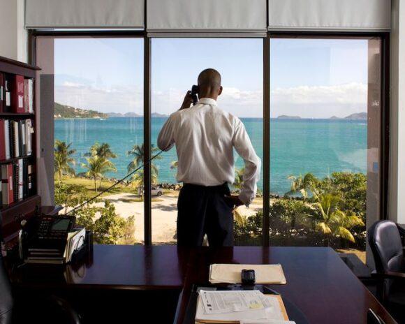Neil M. Smith, secrétaire des finances des îles Vierges britanniques, ici photographié dans son bureau de Road Town sur l'île de Tortola, © Paolo Woods et Gabriele Galimberti / Institute