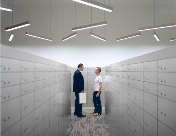Tony Reynard et Christian Pauli, dans une des salles des coffres haute sécurité du Freeport de Singapour,