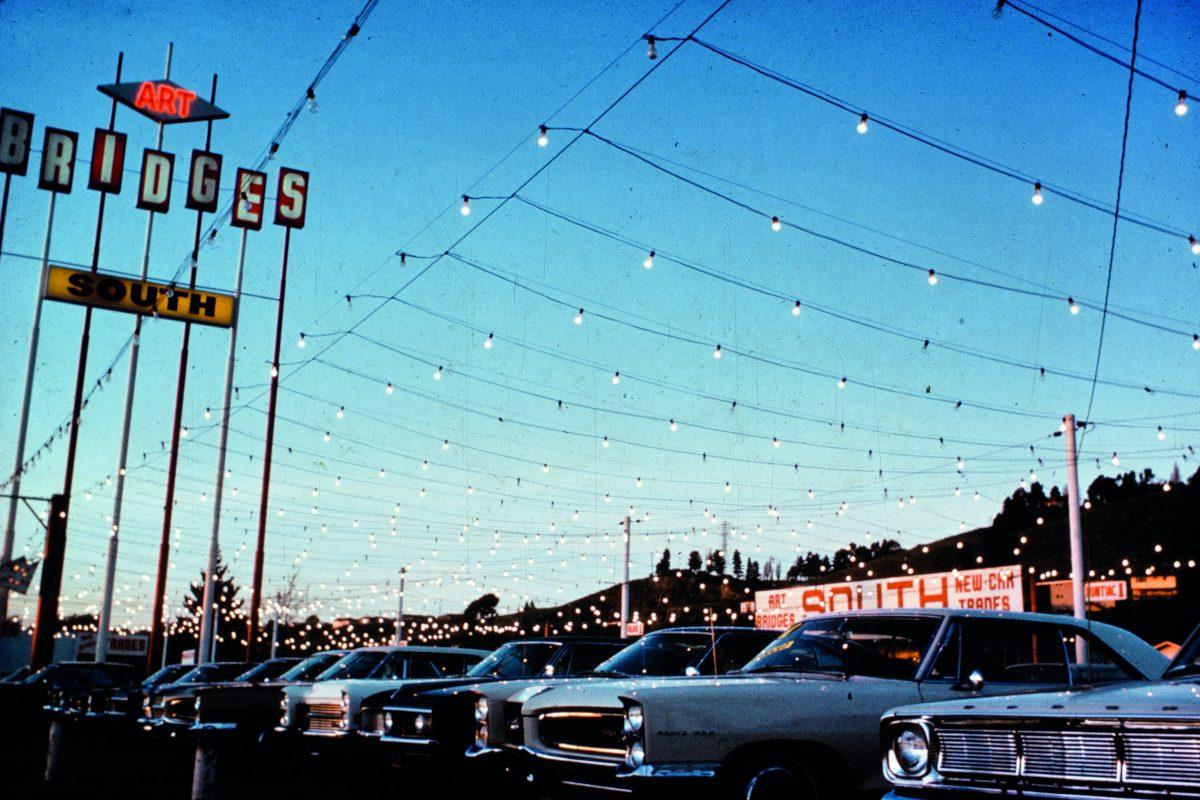 Axe commercial, décorations de rue, vendeur de voitures d'occasion, Mission Boulevard, Hayward, Californie, 1967. Photo de J. B. Jackson.<br /> © J. B. Jackson / Pictorial Material Collection, University of New Mexico Librairies