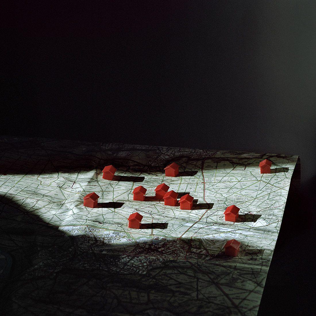 """""""Cette photo est très importante pour moi car c'est le début de la série. Ça a été le moment où je me suis dit qu'il fallait que je me concentre sur la forêt. C'est donc une carte de la forêt de Fontainebleau. Les petites maisons de Monopoly évoquent le jeu - ce que je représente aussi ce travail. Le jeu me ramène à l'enfance."""" Extrait de """"Nesting in the Wolf Tree"""", © Alexandra Serrano"""