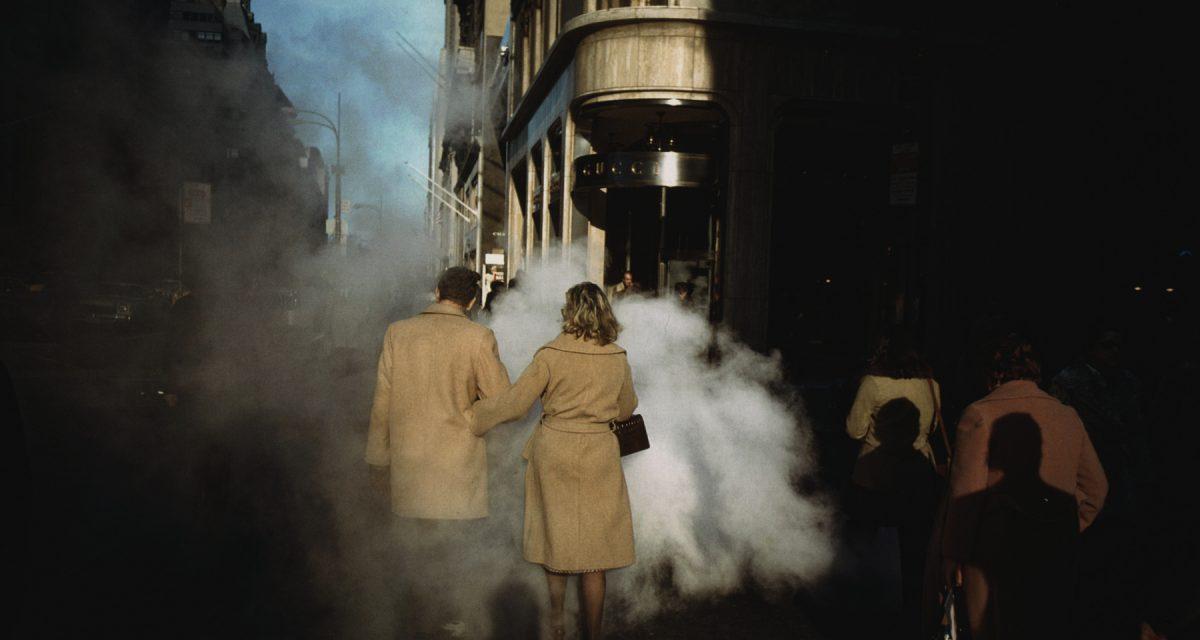 Couple au manteau camel sur Street Steam, New York, 1975. Avec l'aimable autorisation de l'artiste et de la Howard Greenberg Gallery