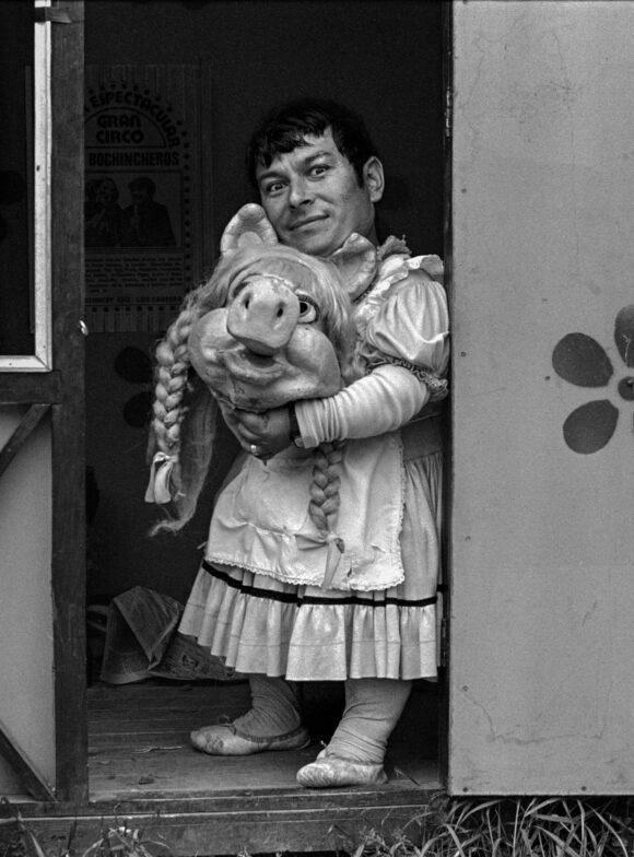 Paz Errázuriz Miss Piggy II, Santiago, 1984 from « El circo »© Paz Errázuriz