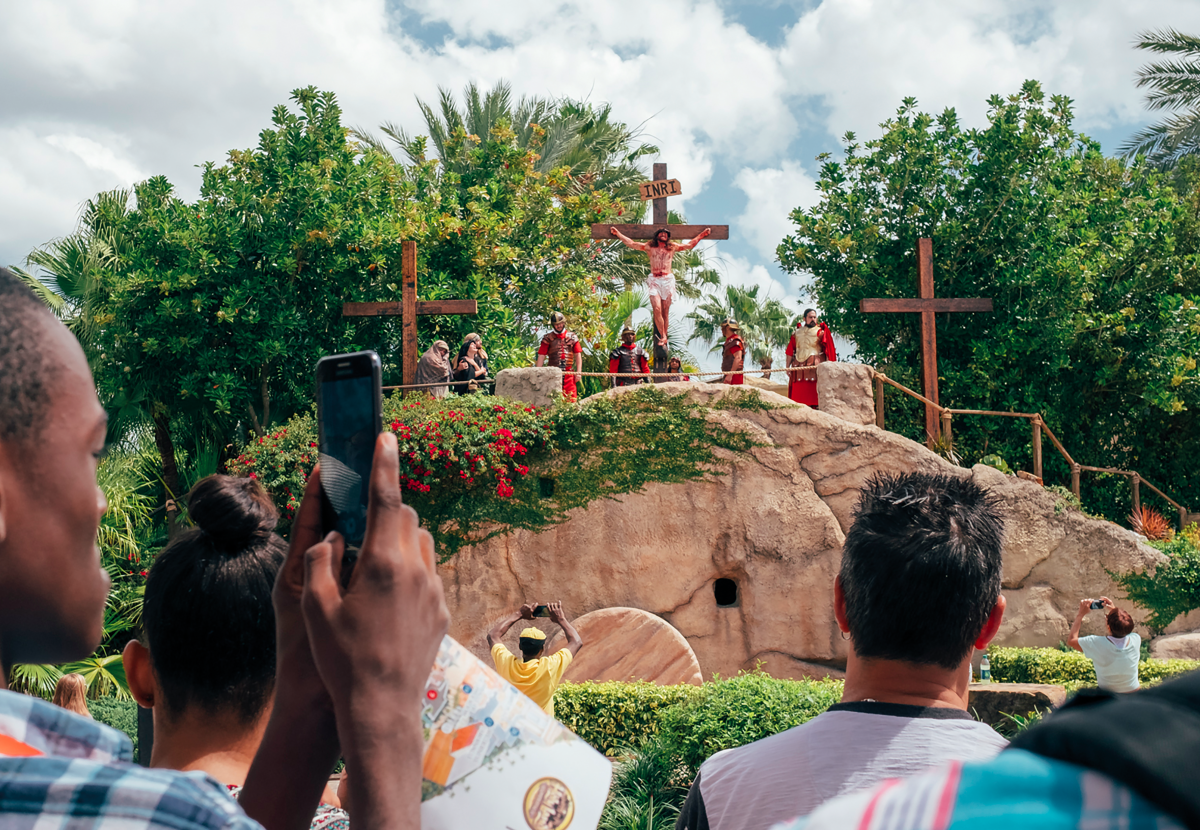 Cinq fois par semaine, à 16h du mardi au samedi, un faux jésus se tord de douleur sur la croix pendant que des soldats romains le fouettent. Le spectacle, qui dure près de 75 minutes, est l'événement le plus réaliste et violent de Holy Land © Cyril Abad