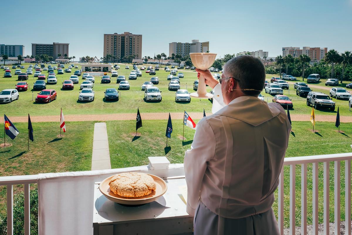 Tous les dimanches, le révérend Rob prend la parole au balcon de la Christian Drive In Church, à Daytona Beach, devant un parterre de voitures © Cyril Abad