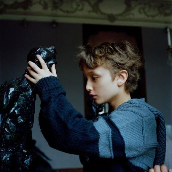 """À pleines mains, Louis étudie les creux et les bosses de la sculpture façonnée par les mains de Rodin. Une des photos du livre d'Arnaud de La Bouillerie """"Lettre à Jean-Lin"""" aux éditions Loco, livre de photographies pour non et mal voyants © Marie Liesse"""