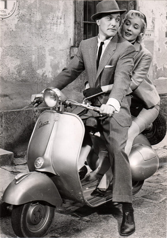 LA ROUTE JOYEUSE - HAPPY ROAD Gene Kelly et Barbara Laage sur une Vespa, film de Gene Kelly, 1957