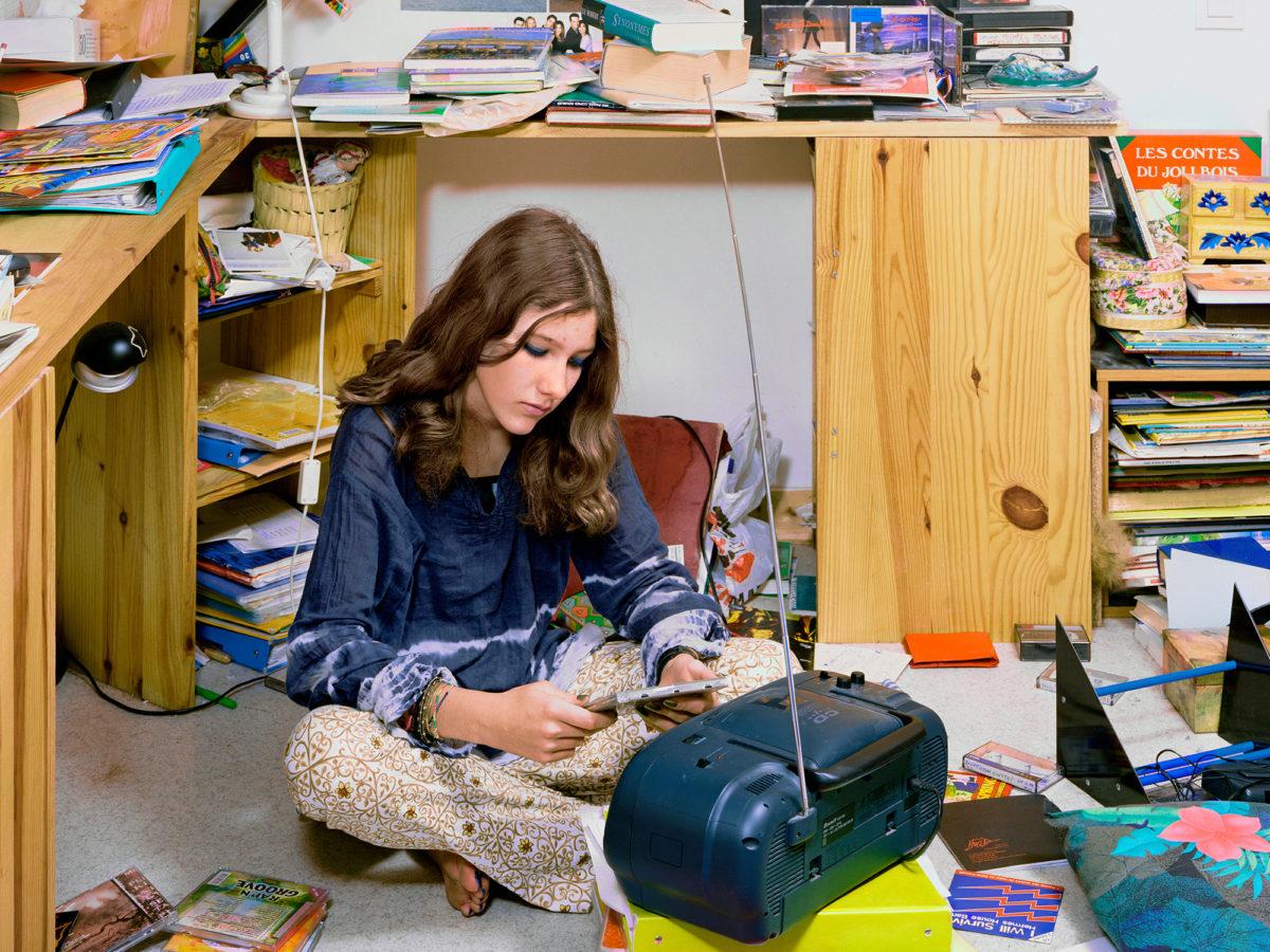 Jeune fille dans sa chambre, série « Le plus bel âge », 2000 Rayon produits d'entretien, Les Supermarchés, 1992 © Véronique Ellena