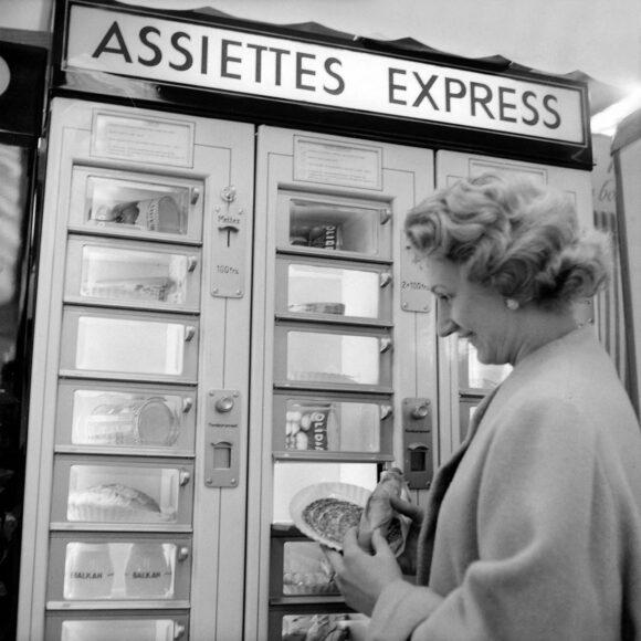 Distributeur automatique de repas express, Paris, octobre 1956. Fonds Roger Viollet © Roger Viollet