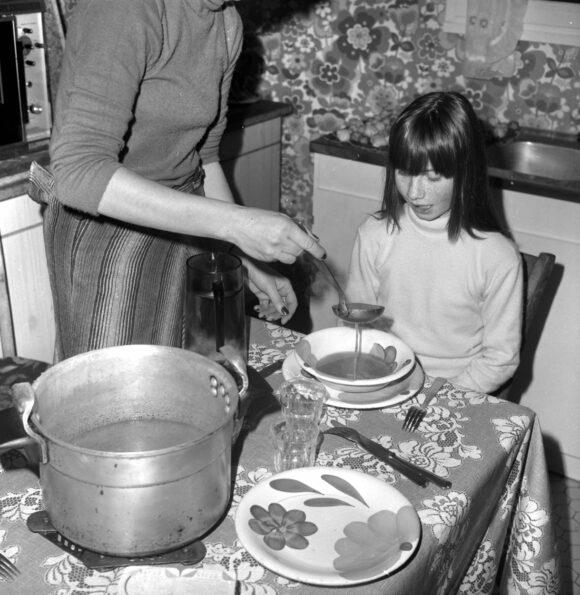 Anonyme, Repas dans la cuisine, années 1970. Fonds Roger Viollet © Roger Viollet