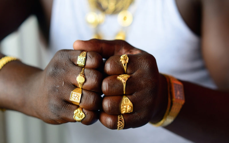 Papakente,-a-Ndjuka-gold-digger-shows-his-rings,-Chinese-market-in-front-of-Grand-Santi,-Surinam,-de-la-série-Cham,-Série-Obia,-2014-©-Nicola-Lo-Calzo