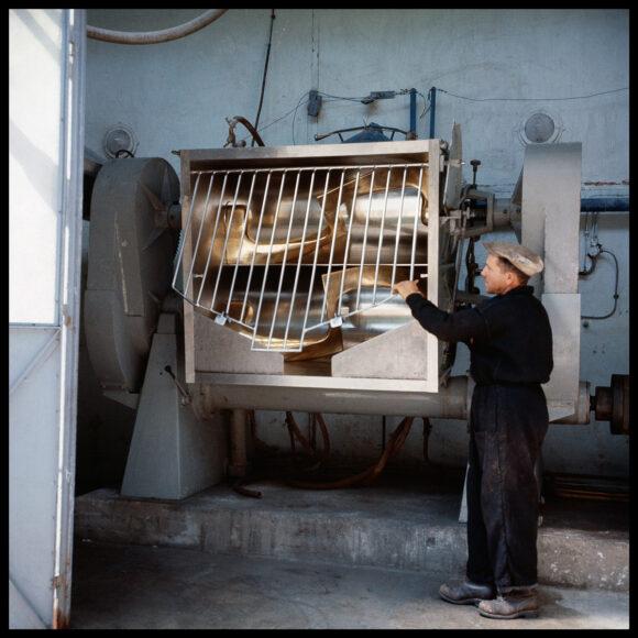 Ouvrier à la poudrerie de Saint-Médard-en-Jalles, Gironde, juillet 1962.