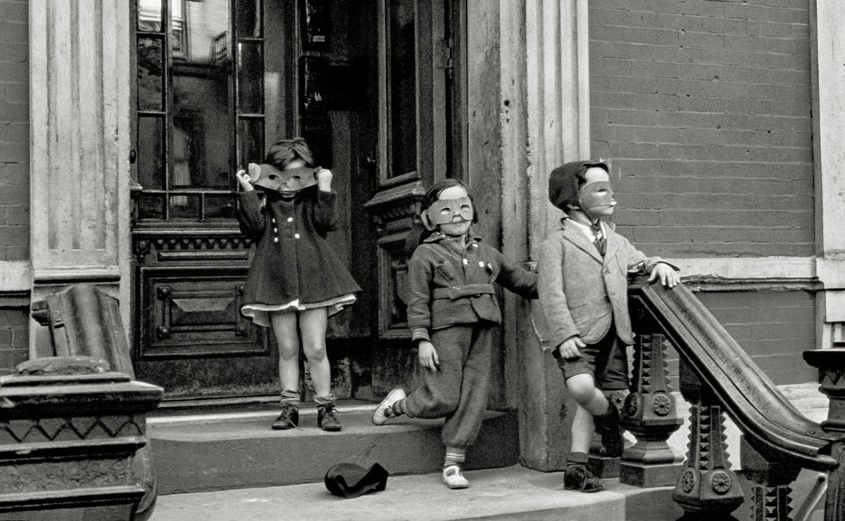 Helen-Levitt,-New-York,-1940.-L'Albertina,-Vienne.-Prêt-permanent-de-Austrian-Ludwig-Foundation-for-Art-and-Science.-Film-Documents-LLC,-avec-l'aimable-autorisation-de-Thomas-Zander-Gallery,-Cologne
